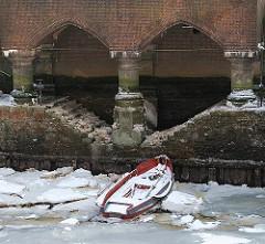 Ruderboot im Eis - Anleger vom Fleetschlösschen - Winter in Hamburg. Eisschollen im Speicherstadtkanal.