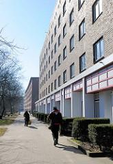 Renovierte Hausfassade und Geschäfte - Kleingewerbe; Wohnblock mit Ziegelfassade auf der Veddel im Hamburger Bezirk Mitte.