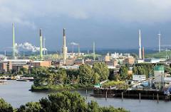 Blick über die Norderelbe bei Hamburg Veddel - Industrieschornsteine auf der Peute; Einfahrt zum Peutehafen.