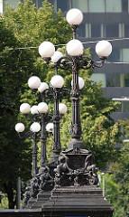Historische Kandelaber auf der Lombardsbrücke - Entwurd Carl Böhmer. Bilder aus dem Stadtteil Hamburg Altstadt.