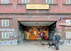 Eingang Garage Sauerberg Beim Grünen Jäger, Hamburg St. Pauli - Grafitti am Tor, Spaziergänger mit Hund.