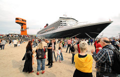 QUEEN MARY 2 in Hamburg - das Kreuzfahrtschiff liegt am Cruise Center der Hafencity - Schaulustige stehen am Kai.(2006)