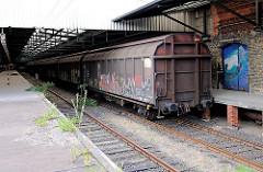 Geschlossene Güterwaggons am Bahnsteig - Bilder aus der Hamburger Hafencity.