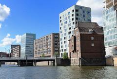 Bilder von der Entstehung des neuen Hamburger Stadtteils HAFENCITY - Bürogebäude am Ericusgraben - historische Ericusdrehbrücke.