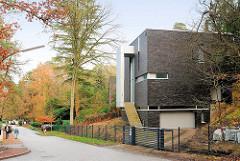 Wohnhaus in Hamburg Hausbruch - kubische Architektur, minimale Fensteröffnungen.