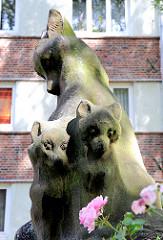 Skulptur Füchsin mit Jungen ( Ruwoldt ) - Innenhof eines Wohngebäudes in Hamburg Barmbek Nord.
