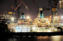 Arbeit im Hamburger Hafen - Nachtarbeit auf der Werft Blohm + Voss; Trockendock Elbe 17; Kreuzfahrtschiffe Amadea und Albatross; Nachtaufnahme.