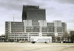 Blick vom Heiligengeistfeld im Hamburger Stadtteil St. Pauli - Verwaltungsgebäude an der Reeperbahn - Tanzende Türme; im Vordergrund ein Bauwagen auf leerem Platz.
