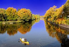 Herbststimmung in der Hansestadt Hamburg - Herbstbilder von der Alster; ein Kanu fährt auf dem Hamburger Fluss, der hier die Stadtteile Eppendorf und Winterhude trennt.