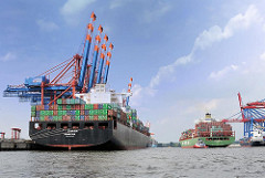 Fotos aus dem Hamburger Hafen - Schiff im Containerhafen, ein Frachter wird von Schleppern zur Fahrrinne der Elbe geschleppt.