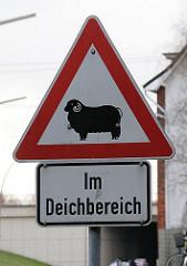 Warnschild für Autofahrer - Schafe im Deichbereich.
