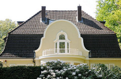 Architekturdetail - Giebel mit Balkon - Stadtteilfotos aus Hamburg Osdorf.