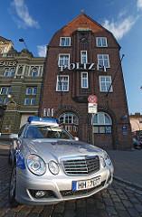 Polizeiwagen vor der Davidwache auf Hamburg St. Pauli - Historische Architektur der Hansestadt Hamburg.