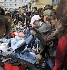 Fotos von HH-Eimsbüttel - Flohmarktstände auf dem Osterstrassenfest - Stand mit Klamotten.