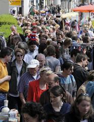Fotos aus Eimsbüttel - Gedränge auf dem Osterstrassenfest - Stände auf dem Strassenflohmarkt .