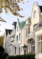 Hausfassaden und Giebel in unterschiedlichen Architektur-Stilen - Wohnhäuser in Hamburg Harvestehude.