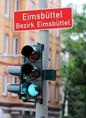 Ampel mit grünem Lichtzeichen, grüne Ampel - Schild Stadtteilgrenze Eimsbüttel, Bezirk Eimsbüttel.