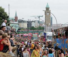 Schlager Move in Hamburg - der Musikumzug geht auch entlang der St. Pauli Landungsbrücken - im Hintergrund der Uhrenturm, Pegelturm.