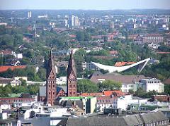 Luftaufnahme von Hamburg St. Georg und Hohenfelde - im Bildzentrum die Architektur der Schwimmhalle an der Sechslingsporte - im Vordergrund die Kirchtürme der Kathedralkirche des Erzbistums Hamburg - St. Marien-Dom.