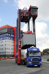 Containercarrier belädt einen Sattelschlepper auf dem Gelände des HHLA Container Terminals Tollerort.