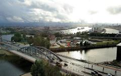Blick auf die Norderelbbrücke und den Oberhafenkanal - hinter der Zollstation Zweibrückenstrasse die Freihafenelbbrücken und die Norderelbe sowie der Baakenhafen - Bilder aus dem Hamburger Stadtteil Hafencity.