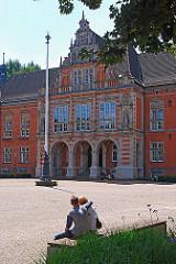 Harburger Rathaus - Liebespaar auf der Bank.
