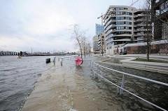 Hochwasser beim Vasco da Gama Platz in der Hamburger Hafencity am Grasbrookhafen.