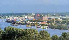 Industrie und Gewerbe am Ufer der Norderelbe in Hamburg Veddel.