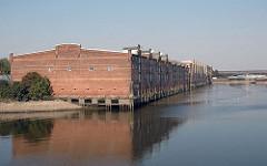Hamburgs Hafen - Hafenbecken des Hamburger Hafens Lagerhäuser am Saalehafen.