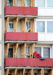 Marode Balkons an einem der beiden Essohäusern in Hamburg St. Pauli, Spielbudenplatz, Kastanienallee - starke Holzbalken stützen die wg. Einsturzgefahr gesperrten Balkons.
