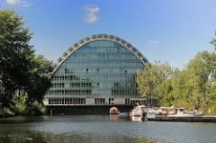"""Sportboothafen und Bürogebäude """"Berliner Bogen"""" am Hochwasserbassin"""