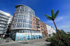 Moderne Architektur in der St. Pauli Hafenstrasse - Metallpalme des Antonipark in Hamburg St. Pauli.