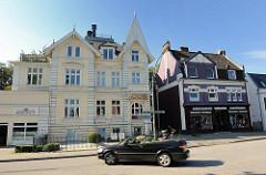 Gebäude in der Architektur des Historismus - offenes Cabriolet - Nienstedtener Strasse / Nienstedtener Marktplatz.