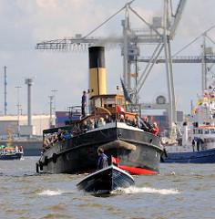 Parade mit historischen Schiffen der Stiftung Maritim und Museumhafen Oevelgönne. Dampfschlepper ELBE mit Passagieren an Bord - davor eine Barkasse / Tuckerboot mit Hamburgfahne am Bug.