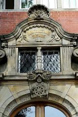 Eingangsdekor über der Tür der ehem. Navigationsschule am Elbhang in Hamburg St. Pauli.