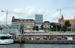 St. Pauli Landungsbrücken  - Architektur der Navigationsschule und Tropeninstitut - Verwaltungsgebäude der Astra-Brauerei in Hamburg St. Pauli.