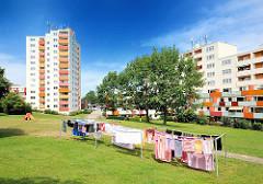 Wohnblocks mit farbiger Balkonverkleidung - Wäsche zum Trocknen auf der Leine - Architektur in den Stadtteilen Hamburgs - Bilder aus der Hansestadt.