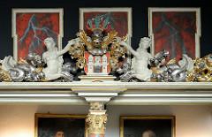 Barocke Schnitzerein und Wappen in der Moorburger Maria Magdalena Kirche.