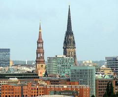 Kirchtürme der Hansestadt Hamburg - St. Katharinenkirche und der Kirchturm des Mahnmals der ehem. Nikolaikirche im Hamburger Stadtteil Altstadt.
