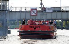 Ein Feuerlöschboot verlässt die Rugenberger Schleuse und fährt in den Rugenberger Hafen ein.