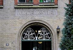 Eingang Stiftsgebäude des 1866 vom Kaufmann Georg Friedrich Vorwerk als Altenasyl gestifteten Haus in Hamburg St. Pauli.