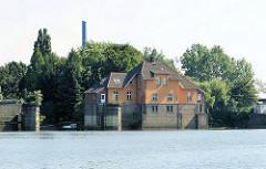 Alte Schleusenanlage vom Müggenburger Kanal zur Norderelbe - die Durchfahrt wurde in den 1970er Jahren stillgelegt. Stadtteilfotos aus Hamburg Veddel.