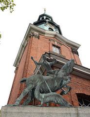 St. Georg Skulptur bei der Hl. Dreieinigkirche. St. Georg kämpft mit einer Lanze gegen einen Drachen.