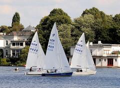 Segeln auf dem Hamburger See - Ruderboot und Segelboote auf der Alster. Segeln auf Hamburgs grossem Freizeitgewässer, der Alster.
