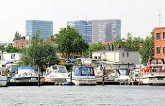 Sportboothafen bei der Bille am Hammer Deich - Bilder aus dem Hamburger Stadtteil Hamm - im Hintergrund Hochhäuser am Berliner Tor.