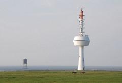 Hamburger Stadteile - Insel Neuwerk - Radarturm und Holzbake zum sicheren Leiten der Schiffe durch das Fahrwasser.