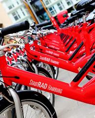 Rote Fahrräder - Stadtrad Hamburg - Verleihstation in der Hamburger Hafencity.