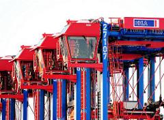 Geparkte Portalstapelfahrzeuge im Hamburger Hafen - Containertransport auf dem HHLA Terminal Tollerort.
