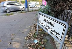 Stadtteilschild an der Strasse - Weisses Schild mit schwarzer Schrift Jenfeld - Bezirk Wandsbek.