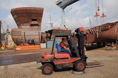 Gabelstaplerfahrer auf dem Werftlände der Neuenfelder Sietas Werft.